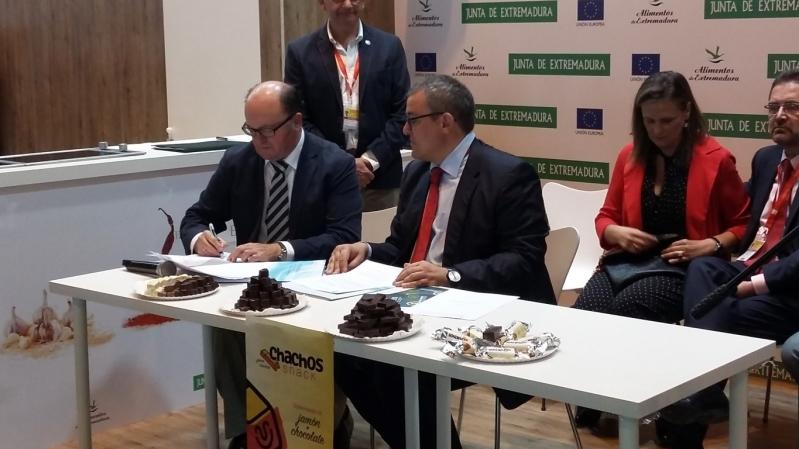 """Casa Fuentes fabricará los """"chachos"""" de CTAEX, snack a base de jamón y chocolate"""